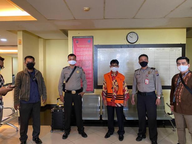 Bupati Solsel Non Aktif Muzni Zakaria Mengenakan Rompi Orange Saat Dititipkan di Sel Tahanan Mapolda Sumbar