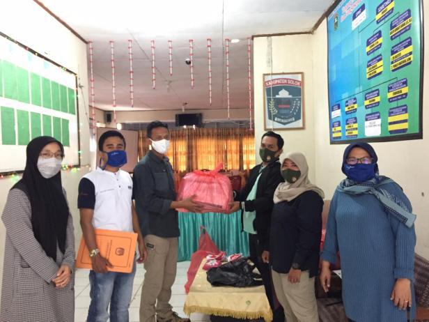 Komisioner KPU Kabupaten Solok, Defil menyerahkan dokumen verifikasi dan APD terhadap petugas di Nagari
