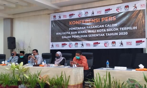 Ketua dan Komisioner KPU Kota Solok memberikan keterangan terkait penetapan paslon terpilih di Pilkada kota Solok 2020
