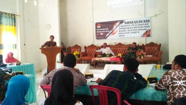 Divisi Sosialisasi Pendidikan Pemilih partisipasi masyarakat dan SDM KPU Solsel Andi Irawan Paparkan tahapan pilkada kepada Wali Nagari se Kecamatan Sangir di Padang aro, Rabu.