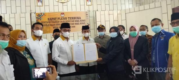 Ketua KPU Solsel Nila Puspita Menyerahkan Berita Acara Penetapan Pasangan Bupati dan Wakil Bupati terpilih kepada Khairunas