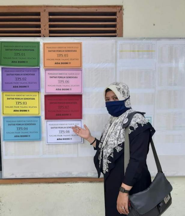 Komisioner KPU Solsel Sastria Nofrita Menunjukkan Pengumuman DPS di PPS Nagari Pasir Talang Selatan