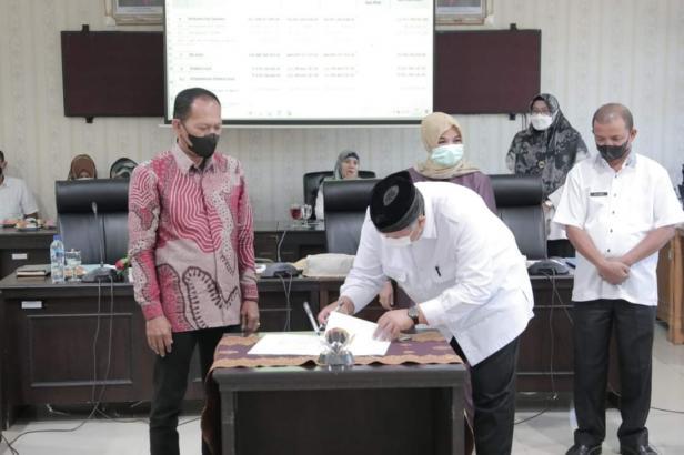Wako Solok H. Zul Elfian Umar menandatangani nota kesepakatan KUA dan PPAS Perubahan APBD Kota Solok 2021