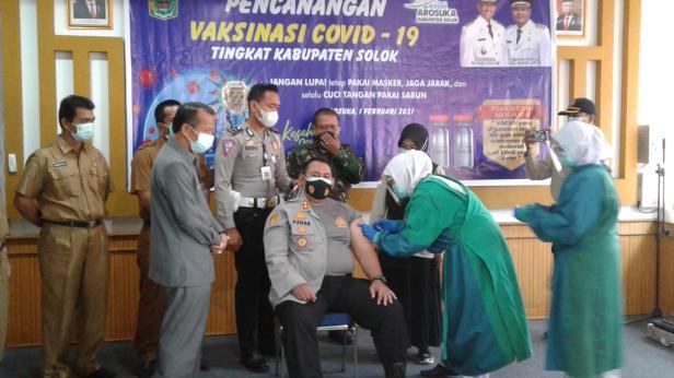 Vaksinasi terhadap 18 tokoh perwakilan tandai dimuulainya vaksinasi Covid-19 di Kabupaten Solok