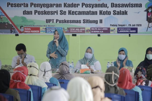 Ketua TP PKK Kabupaten Dharmasraya, Ny. Dewi Sutan Riska memberikan arahan saat kegiatan Penyegaran Kader Posyandu dan Kader Dasawisma di Kecamatan Koto Salak.