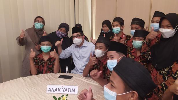 Calon Ketua Kadin Indonesia Arsjad Rasjid membaur dengan anak yatim di Padang