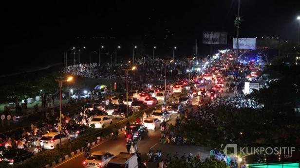 Malam pergantian tahun baru 2020 di Pantai Padang