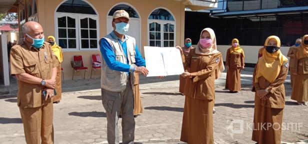 Bupati Irfendi Arbi saat menyerahkan SK PNS Guru SD di Lima Puluh Kota