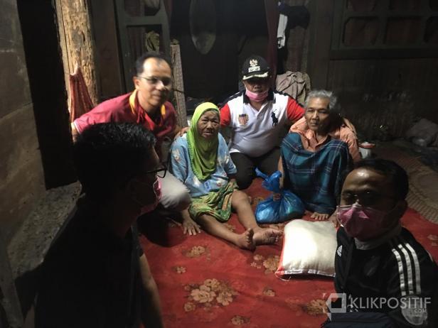 Komunitas Jurnalis Peduli dan Wakil Bupati Ferizal Ridwan, bersama Wali Jorong Balai Tolang  saat mengunjungi Kakek Nasir dan Nenek Rosmalini