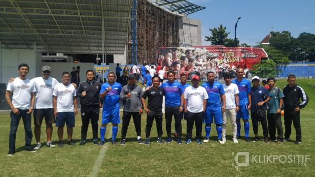 Tim pelatih ketiga tim foto bersama usai Trofeo di Lapangan UII Yogyakarta