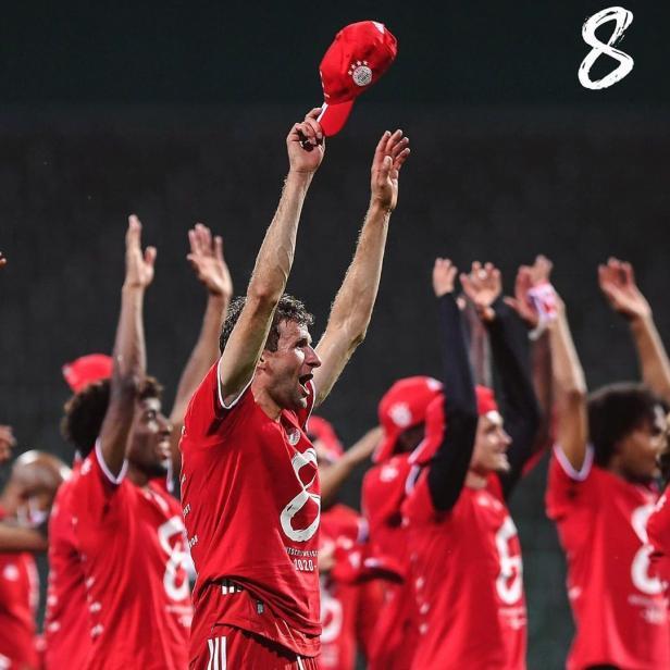 Pemain Munchen merayakan gelar juara  kedelapan secara beruntun
