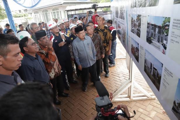 ektor UIII Komarudin Hidayat (kedua dari kanan) menjelaskan progres pembangunan Kampus UIII, Jumat (24/01).