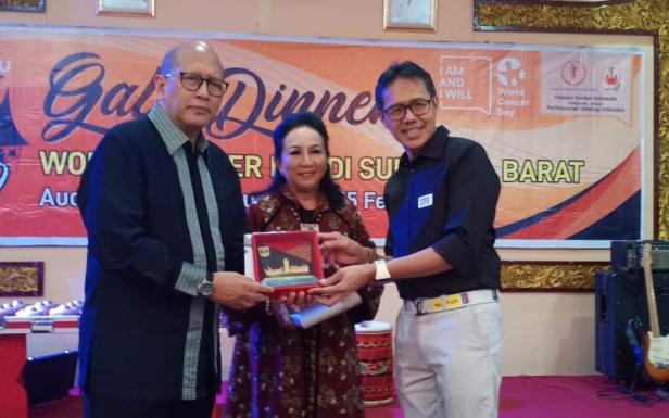 Ketua Yayasan Kanker Indonesia (YKI) Aru Wisaksono Sudoyo bersama Gubernur Sumbar Irwan Prayitno