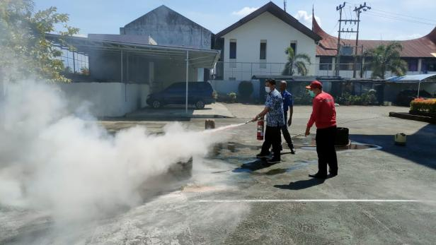 Kantor Wilayah Direktorat Jenderal Perbendaharaan Provinsi Sumatera Barat melakukan simulasi evakuasi bencana dan pemadaman kebakaran tahun 2021