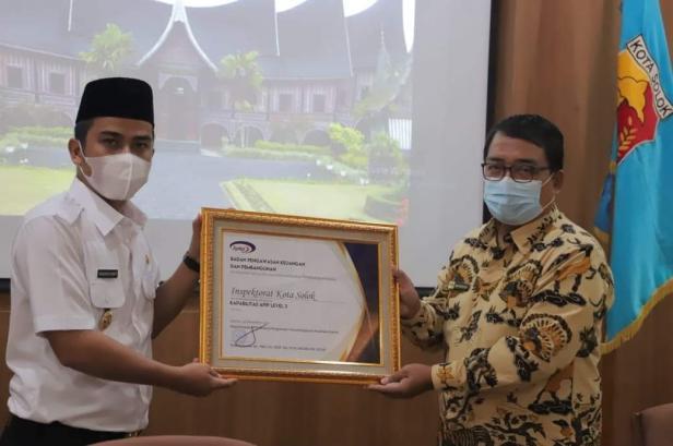 Wawako Solok, Dr. Ramadhani Kirana Putra menerima sertifikat kapabilitas level 3 APIP Kota Solok