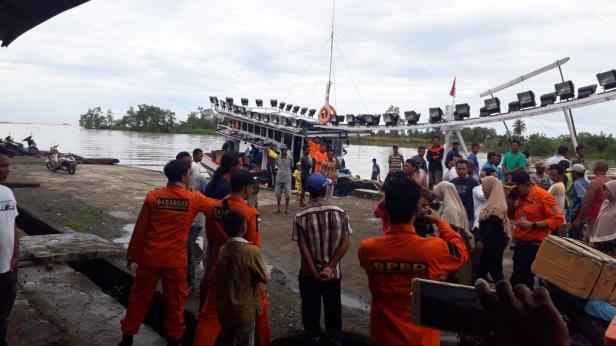 16 awak kapal yang selamat tiba di dermaga Nagari Sasak