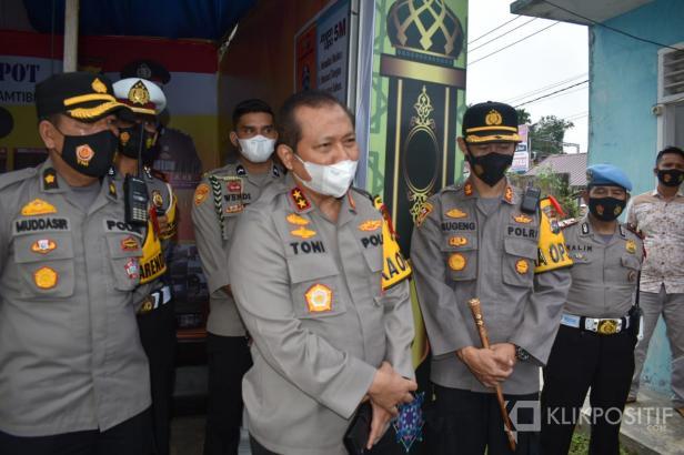Kapolda Irjend Toni Hermanto kepada personil saat mengecek di Pos Bundaran di Simpang Empat