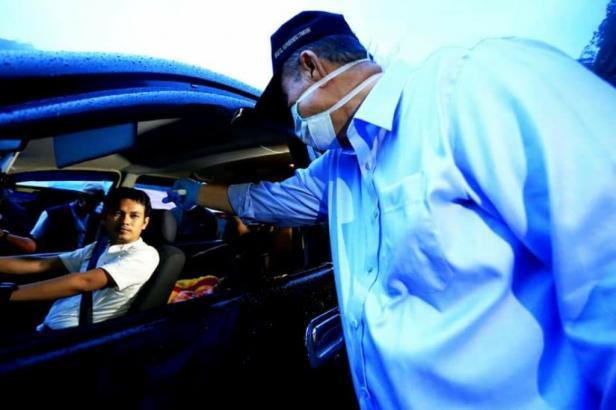 Wagub Sumbar Nasrul cek suhu tubuh orang di perbatasan