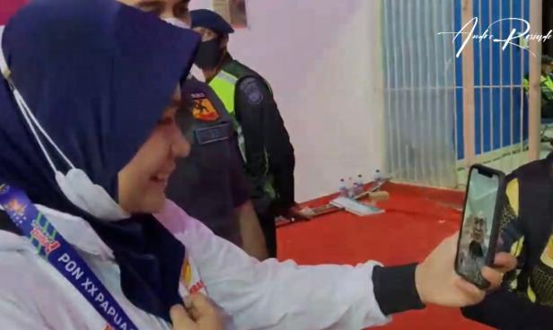 Ketua FORKI Sumbar Andre Rosiade memberikan semangat dengan melakukan video call langsung dengan peraih perak Fadila Rahmi.