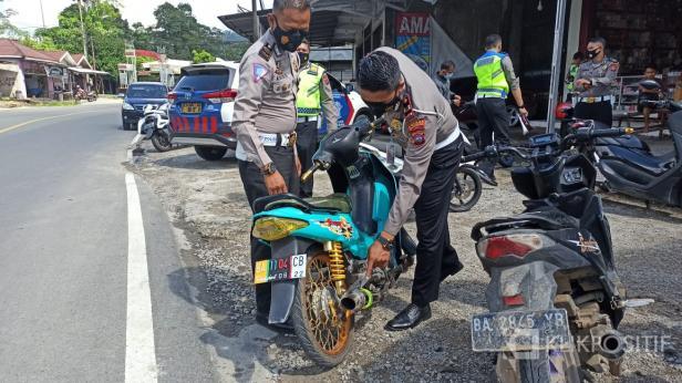 Kasatlantas Polres Solsel Iptu Ade Saputra menunjuk Pelanggaran Kendaraan yang terjaring disaksikan KBO lantas Alwizi,s