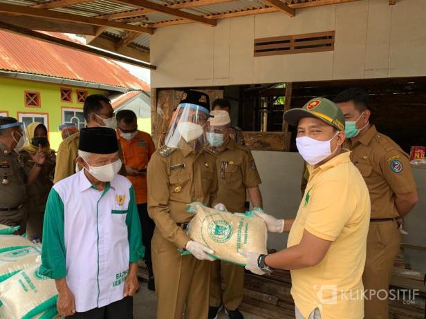 Bupati 50 Kota Safaruddin Datuak Bandaro Rajo saat memberikan bantuan bahan makanan kepada warga di Durian Gadang