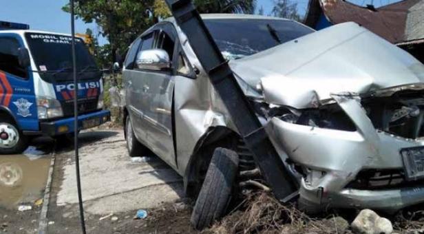 Mobil terlibat kecelakaan