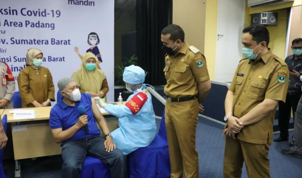 Wagub Sumbar Audy Joinaldy saat menyaksikan vaksinasi