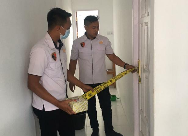 Petugas Satreskrim Polres Solok menyegel ruangan yang diduga digunakan pelaku untuk menyodomi korban.