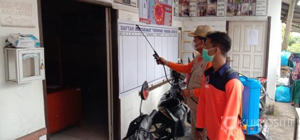 Irfendi Arbi saat melakukan penyemprotan di Nagari Simalanggang