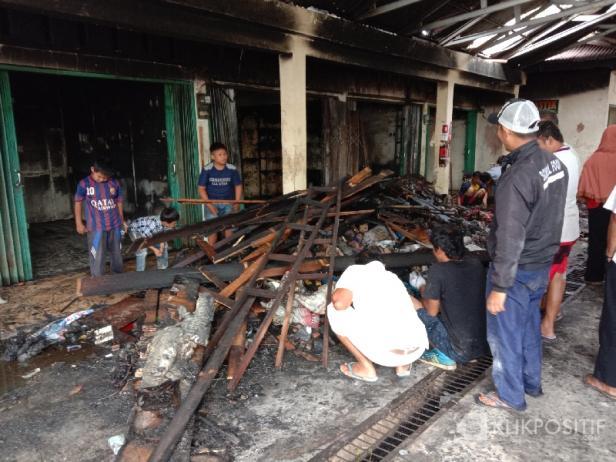 Pedagang Membersihkan Material Sisa Kebakaran