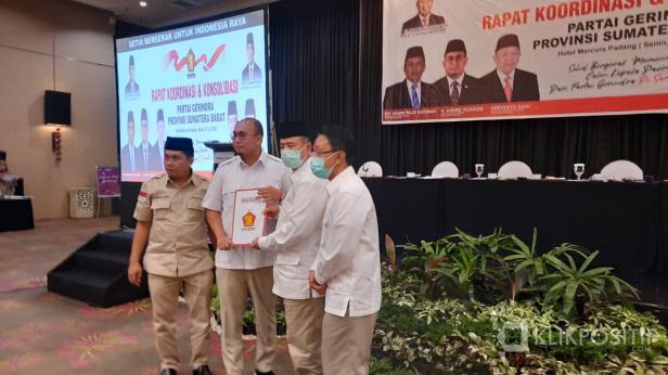 Ketua DPD Gerindra Sumbar Andre Rosiade Saat Menyerahkan SK Calon Gubernur dan Wakil Gubernur Sumbar kepada Nasrul Abit dan Indra Catri