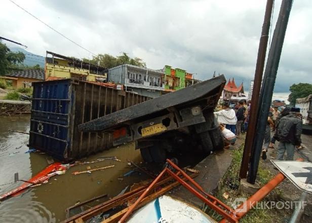 Truk tronton masuk kolam usai terlibat kecelakaan beruntun di kawasan Sungai Buluah Agam, Sabtu 18 September 2021
