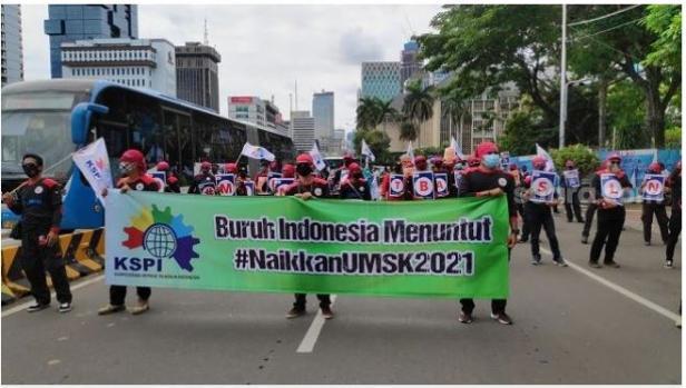 Massa buruh KSPI demo tolak UU Cipta Kerja, Rabu (16/12/2020).