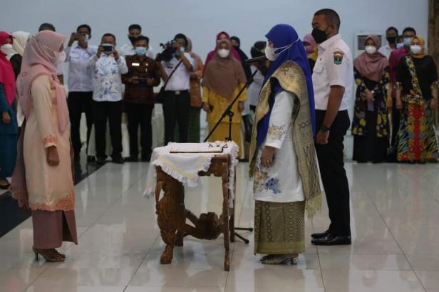 Ketua Dekranasda Kota Solok, Hj. Zulmiyetty Zul Elfian dilantik ketua Dekranasda Provinsi