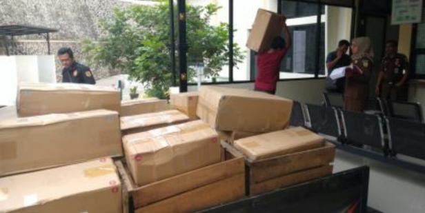 Penerimaan barang bukti rokok ilegal di Kejari Tanah Datar