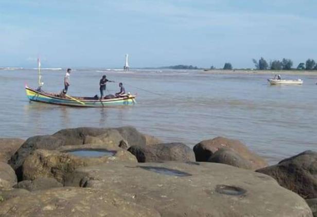 Para nelayan di Sasak Pasaman Barat saat berupaya mencari keberadaan korban sebelum ditemukan dalam kondisi meninggal dunia.