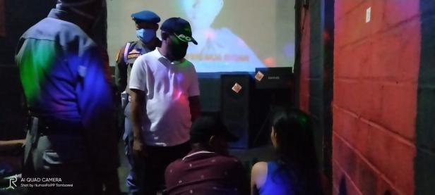 Satpol PP Padang mensosialisasikan Perwako nomor 49 tahun 2020 kepada pengunjung tempat hiburan malam