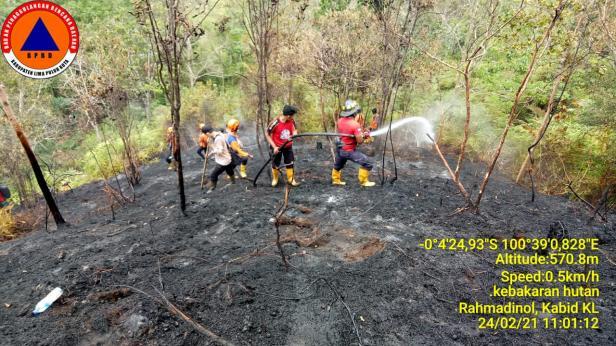 Petugas Damkar dan BPBD Lima Puluh Kota saat memadamkan api di Perbukitan Ngalau Saribu, Harau, Lima Puluh Kota.