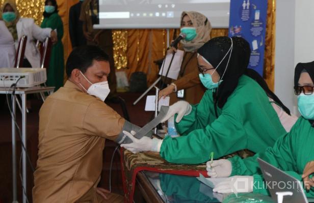 Pemeriksaan kesehatan Sekretaris Daerah Kabupaten Pasaman Barat, Yudesri sebelum disuntik Vaksin COVID-19