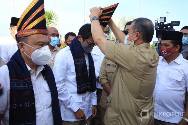 Nasrul Abit menyambut Indra Catri di Bandara Internasional Minangkabau