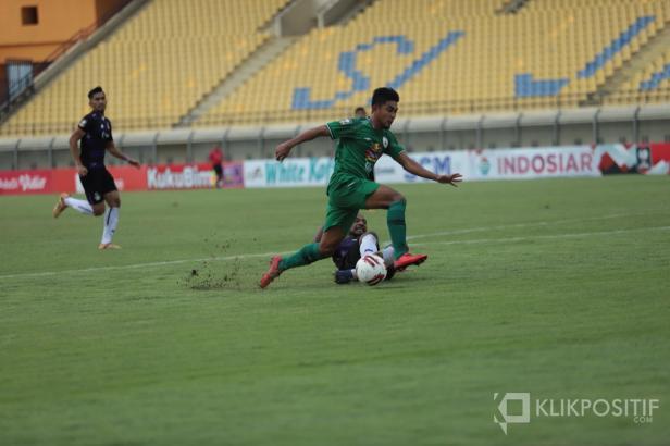 Aksi salah seorang pemain PSS saat melewati pemain Persik Kediri