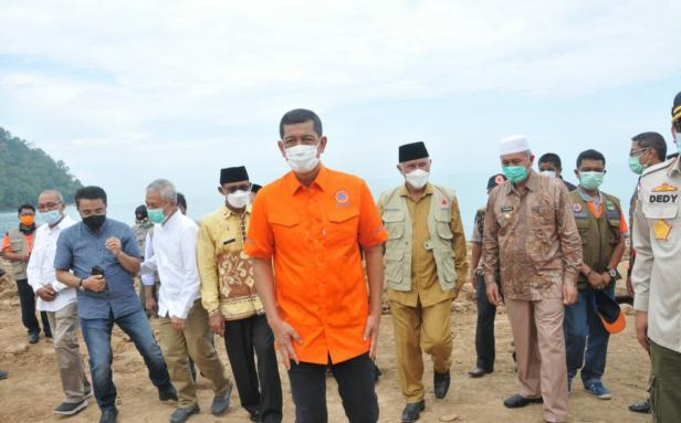 Kepala BNPB Doni Monardo saat meninjau penanganan abrasi pantai di Tugu Merpati Pantai Padang Kamis 15 April 2021