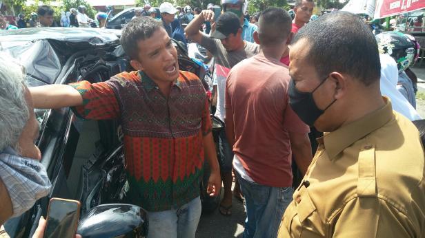 Salah satu warga bicara dengan Plt Walikota Pariaman terkait keterlambatan jadwal kereta api