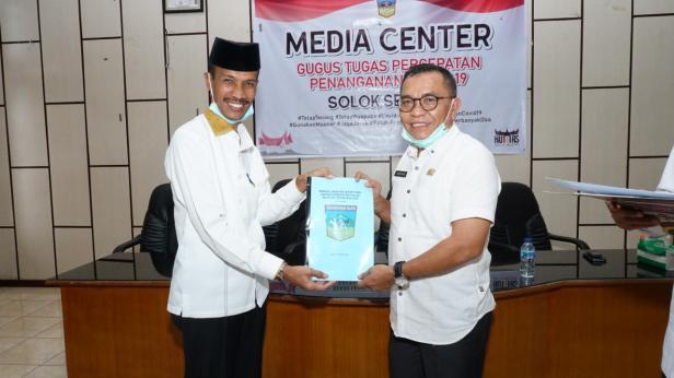 Yulian Efi menyerahkan memori jabatan kepada Asisten II Putra Nusa