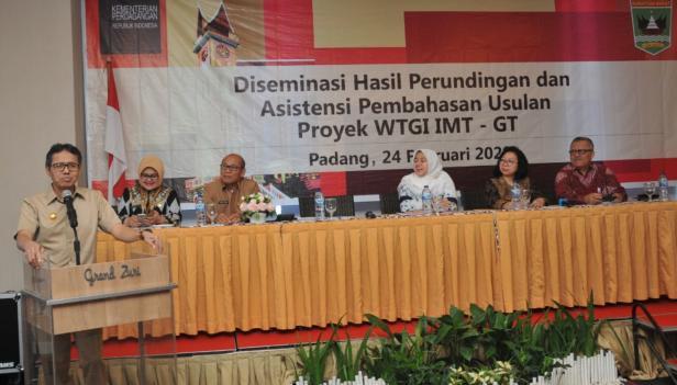 Gubernur Sumbar Irwan Prayitno memberi sambutan dalam acara Diseminasi Hasil Perundingan Pembahasan Usulan Proyek WGTI-GT penguatan kerjasama Implementasi IMT-GT Business Center di Hotel Grand Zuri Padang, Senin, 24 Februari 2020