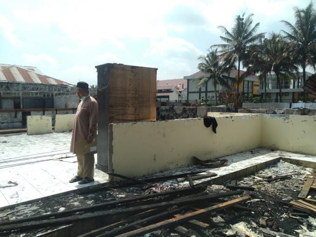 Pimpinan Pesantren Cahaya Islam Kota Payakumbuh Arnol di lokasi kebakaran.