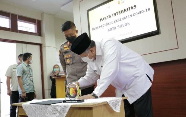 Wako Solok, H. Zul Elfian dan unsur Fokompinda menandatangani pakta integritas duta protokol Kesehatan Covid-19