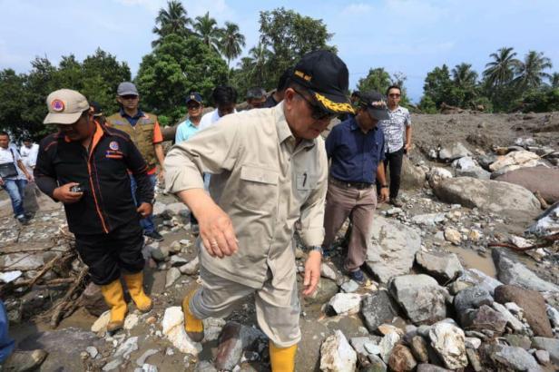 Wagub Sumbar Nasrul Abit saat mengunjungi bencana di Tanah Datar