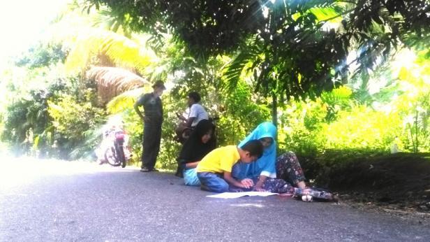 Warga Batu Gadang sedang menemani anak dan cucu belajar di Bateh Neco
