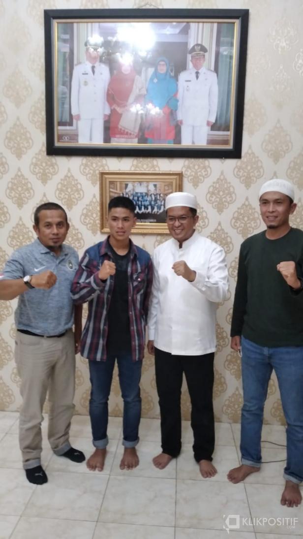 Putra Arrafi (tengah) bersama Wakil Wali Kota Payakumbuh Erwin Yunaz dan Sekretaris Askot PSSI Payakumbuh Andra.